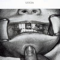 Fig 2 : Illustration proposée par Lucia pour l'enregistrement de la RC, jig en place et cires interposées. Noter la position du pouce en appui sur le menton.