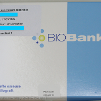 Fig. 14 : Boite contenant le greffon étiquetée aux noms du patient et du chirurgien