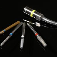 Les instruments - Fraises à épaulement à angle interne arrondie Intensiv® de granulométrie décroissante. Insert ultrasonore diamanté Satelec Perfect Margin.